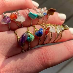 Ringar av äkta kristaller: Rosenkvarts (ljusrosa), Bergskristall (genomskinlig), Tigereye (brun), Lapis lazuli (mörkblå), Jade (ljusblå), Karneol (orange/röd), Ametist (lila). Ringarna finns i guld och silver. Vid köp av 5 eller fler ringar får du en extra ring på köpet (du väljer ring). Ringarna finns i XS/S och M/L. Ringarna kostar 15kr/st och frakten är 12kr oavsett hur många man köper! Skriv privat för frågor😊