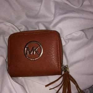 Säljer denna MK plånbok i brun, säljer den då den inte kommer till användning. Priset går absolut att diskutera och har också en lite skada kolla sista bilden!
