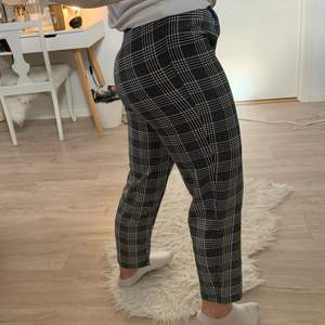 Rutiga kostymbyxor med snygg passform från H&M