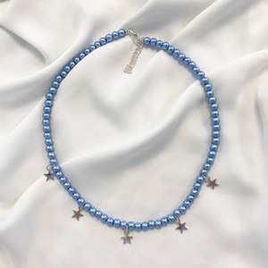 Superfint handgjort halsband med glaspärlor och stjärnor! Måttet är 40+5cm! 💗