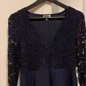 Superfin mörkblå klänning i skatermodell och med spetsdetaljer. Endast använd två gånger och säljer då den inte är min stil längre.                                                            Stl M och passar mig som vanligtvis är 40-42. Jag är 172 cm lång och kan bli lite kort om man är över det, annars perfekt<3