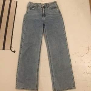Sjukt snygga jeans från H&M som jag säljer då jag tycker att dom ditter lite stort på mig som har storlek 36 i byxor och dom här är 38. Dom är väldigt långa på mig som är 175. Det är högmidjade och har bara använt dom någon enstaka gång.