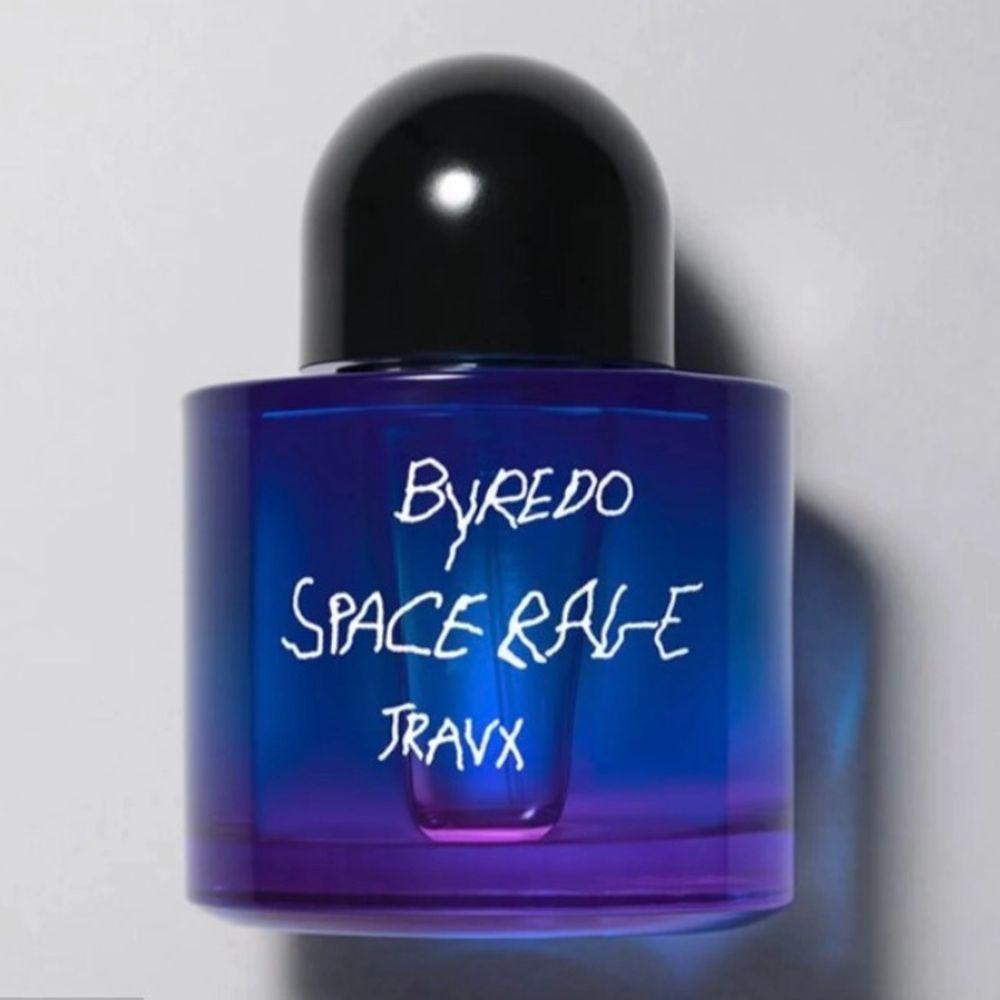 Funderar på att sälja denna exklusiva Travis Scott for BYREDO Travx Space rage parfymen, förpackningen är helt oöppnad, jag som också har doftljuset kan säga att den doftar galet, väldigt fräsch. Hör av er vid frågor.. Övrigt.