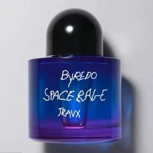 Funderar på att sälja denna exklusiva Travis Scott for BYREDO Travx Space rage parfymen, förpackningen är helt oöppnad, jag som också har doftljuset kan säga att den doftar galet, väldigt fräsch. Hör av er vid frågor.