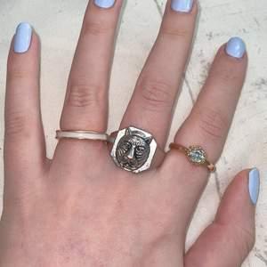 Olika ringar. Den guldiga ringen med stenen 15kr och den andra guldiga med vitt/ljusrosa band 20kr (båda storlek s/xs). Ringen med tigern är stor i storleken, ca 2,2-2,3 cm ungefär i diameter, 45kr. Frakt på 12kr tillkommer.