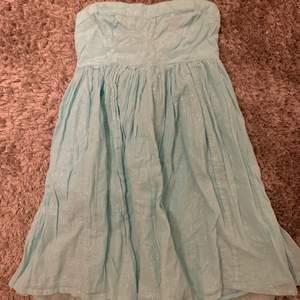Så fin blå klänning med glitter , Köparen står för frakt