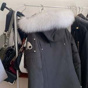 Hej! Säljer min Moose knuckles stirling parka dam. Riktigt fräsch och snygg jacka i storlek S, varm och formar kroppen fint. Stor fin och omhändertagen päls. Jackan är tung i sig och varm om vintern, passar till mycket. Kvitto tillkommer samt frakt. Säljer jackan pågrund av att jag ska studera utomlands, så därmed är jag inte i behov av den längre. Kan tänka mig diskutera pris.