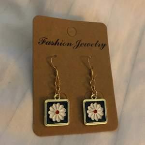 Söta Blom örhängen! Frakt: 14kr😇❤️❤️*Alla örhängen kan göras till halsband vid intresse, köp 3 par örhängen och få det fjärde gratis, gäller alla örhängen!!☺️❤️