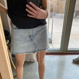 Jättfin jeanskjol från zara i storlek S och i mycket bra skick💞