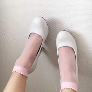 Sjukt söta rosa strumpor som aldrig kommit till användning🌸 Har storlek 36 så skulle tänka mig att dem passar på de med minst storlek 35 och högst 37?💕 Frakt ingår i priset💕