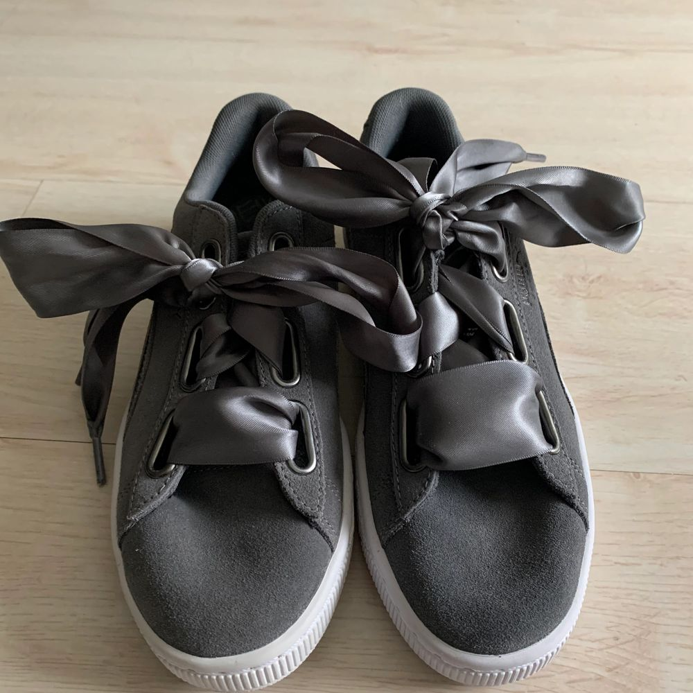 Snygga sneakers från puma. Originalpriset är 1000kr, men de är slutsålda överallt. Har heller aldrig använt skorna. Så de är helt nya💕. Skor.