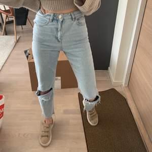 Ljusblåa jeans i storlek 25 från Asos. Passar mig perfek och för att jämföra är jag 165 cm lång. Frakt ingår 🙌🏼🤎