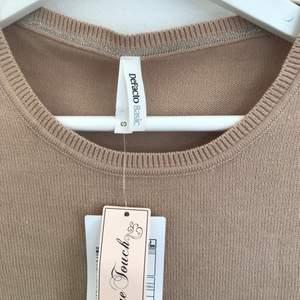 En bekväm tröja som är perfekt att ha till vardags. Den är lite mer rosa än vad som framkommer på bilderna. Köptes på zalando för några månader sen men har aldrig kommit till användning så den är helt ny!