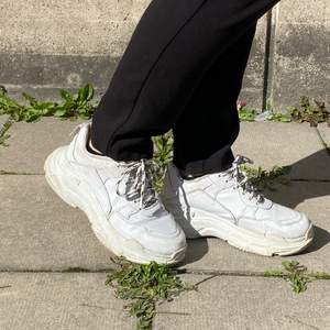 Vita sneakers från Nelly i storlek 37. I använt skick men kan användas ett bra tag till! Kan mötas upp i Stockholm eller skicka mot extra kostnad. Säljer fler plagg, kolla gärna in dem.