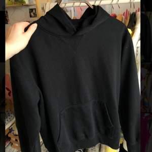 Vanlig svart sweatshirt med luva strl L frakt tillkommer på 46 kr
