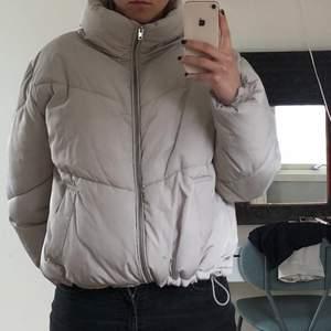 Super skön jacka från H&M, köptes för ett år sen. Jackans färg är ljus ljus grå, jackans färg ser man tydligt på bild 1 .Har använt den upptill 5 gånger som mest. Har inte lagt ut ett pris än, men skriv i chatten så kan priset diskuteras:)