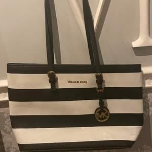 stor svart och vit randig Michael Kors väska, i nyskick🤍🖤 köpt för: 1700kr