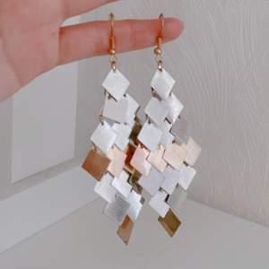 säljer ett par örhängen i silver/guld-imitation! 💛