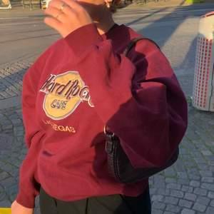 Intressekoll på denna jättesnygga sweatshirt köpt på Beyond retro! Passar xs-L och funderar på att sälja då den ej kommer till användning. Köparen står för frakt☺️