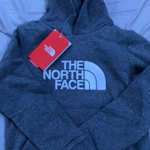 Helt ny the north face hoodie då jag säljer eftersom att jag beställde fel storlek. Aldrig använd och nypris ligger på 549kr.