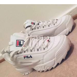 Måste tyvärr sälja mina Fila Disruptor Vita Sneakers då de är för små. Endast använt de två gånger, så de är väldigt fräscha och i mycket gott skick.