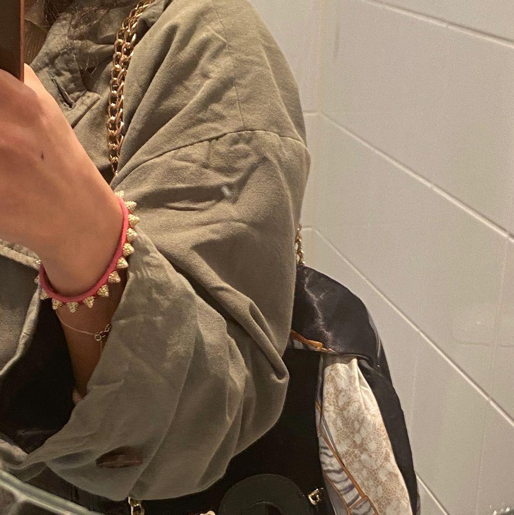 Sjalar som passar perfekt i håret eller runt en väska. . Accessoarer.