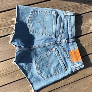 Ett par skitsnygga Levis jeans-shorts i modellen ribcage! Köpta förra sommaren för 799kr! Använda fåtal gånger💙 storlek 25 som motsvarar ungefär XS/S