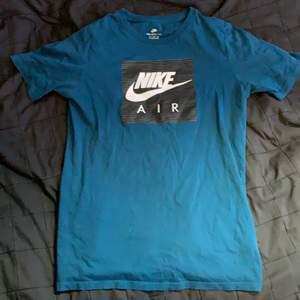 Nike träningtröja, knappt använd, bra skick. Storlek 154-170, 13-15 yrs