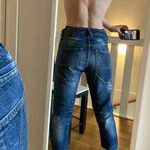Boyfriend jeans från G-star!🌈 (Slådlålda) dom är slitna med hål på knät och högmidjade i stlk 27-32❤️❤️ säljer för 100kr + frakt💓 (jag på bild är 168! Då det är korta!🌟)