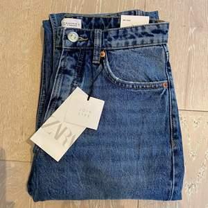Säljer dessa supersnygga blåa jeans från Zara då de tyvärr är för små för mig. De är helt nya och med alla lappar kvar. Helt slutsålda på hemsidan!