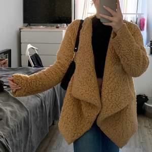 Snygg oversized brun/beige Teddy jacka med fickor från NLY TREND, i storlek XSmall. Endast använd ett par gånger, så väldigt fint skick!! Säljer då den inte kommer till användning. Nypris 500kr, säljer för 180kr. Köparen står för frakten✨