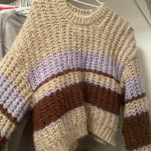 En jättefin stickad tröja med jättefina färger från pullandbear. Frakt tillkommer på 40kr. Kom privat för mer bilder eller frågor.