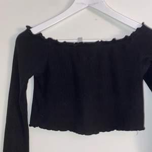 Svart Ribbad off-shoulder tröja ifrån hm, storlek Xs. Fint skick