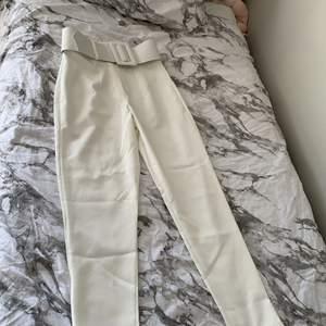 Vita kostymbyxor från boohoo endast testade.
