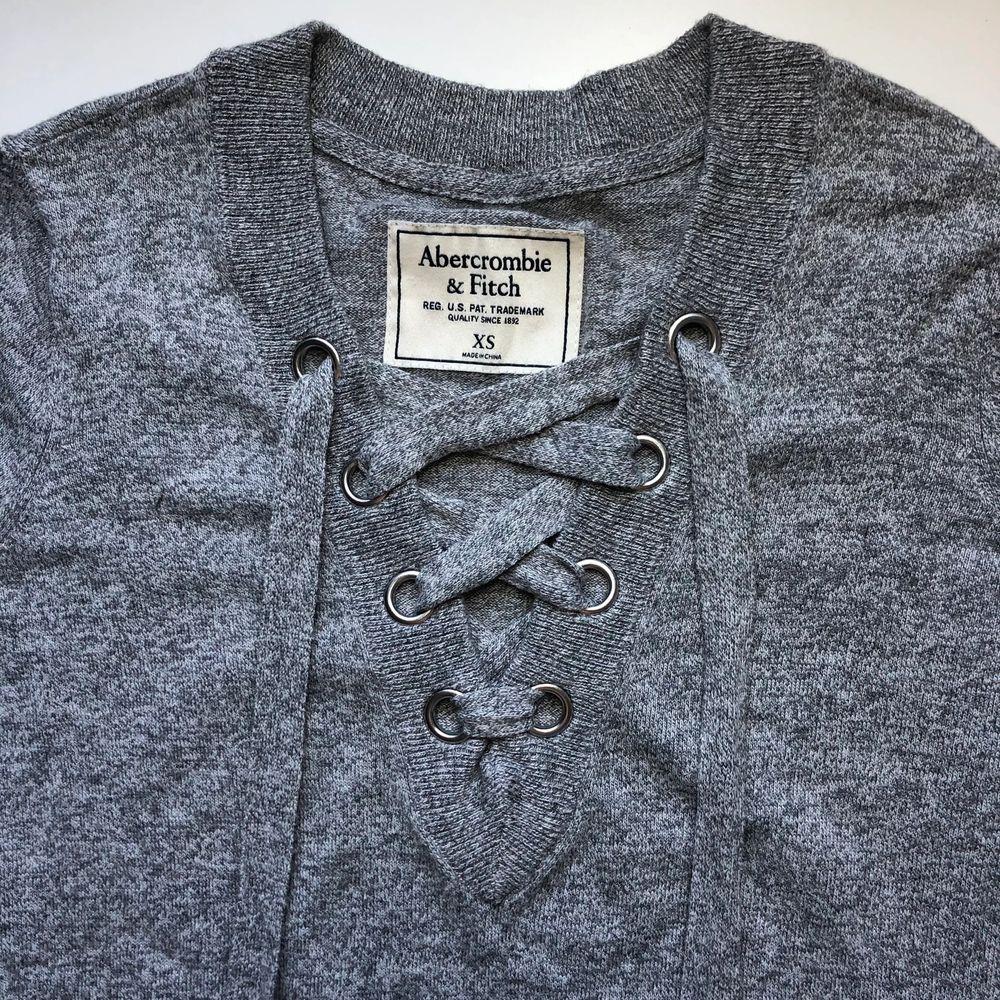 Gråmelerad långärmad t-shirt från Abercrombie & Fitch. Stl XS (passar även S), använd ett fåtal gånger.. Tröjor & Koftor.