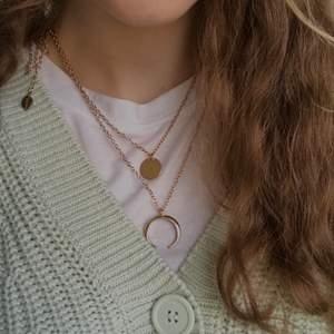 Ett guldigt fint halsband som består av två kedjor som sitter ihop där bak.