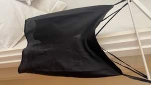 Säljer en topp i satin tyg, öppen i rygg med detaljer (svårt att se på bild) men den blir som x-formad i ryggen