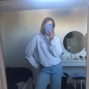Vit sweatshirt ifrån champion. Storlek large men sitter snyggt oversized. Jag är 171.