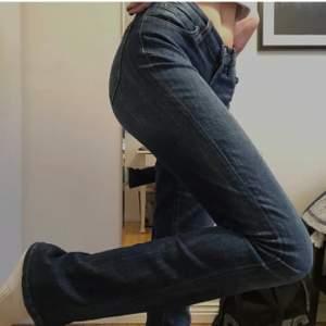 ❗️LÄGGER UPP IGEN PGA OSERIÖSA KÖPARE❗️Riktigt fina lee jeans. De är i bra skick, en liten defekt som syns på sista bilden. Sjukt snygg 90's vibe med låg midja. Jag är 174 men de passar nog ca 167- 177 beroende på hur man vill att de ska sitta. Buda från 200 eller köp direkt för 400❣️Köparen står för frakten men kan även mötas upp