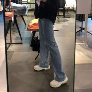 Riktigt snygga blåa jeans från Zara i storlek 34. Super kvalite och bra skick. Frakt ingår ej i priset, buda!