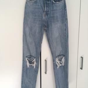 Säljer ett par super snygga jeans ifrån karve, som jag köpte på carlings. Storlek 38. Som går ner till fötterna (över skon) på mig som är 166.