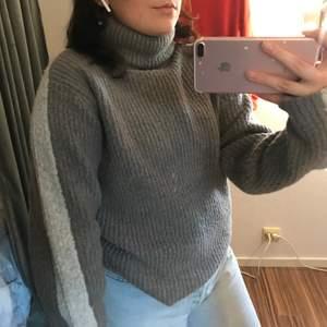 jättemysig stickad tröja från NAKD som tyvärr inte passar min stil längre. Har en söt ljusgrå linje som går från axeln ut till ärmens slut.  Riktigt härlig tröja i ett skönt material. ✨💞