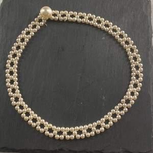 Ett pärlhalsband med fint mönster💗
