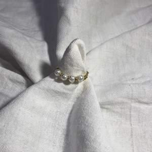 En hemmagjord ring med 4 vita pärlor på och metalltråden är i färgen guld. Passar bra till mycket. 61 med frakt 🚚