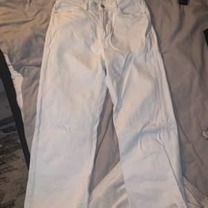 Vita jeans i rak/utsvängd modell ifrån lindex, storlek 40. Köptes 2019 och säljer pga för små. Super bra längd för mig som är 163 cm lång. Kan mötas i Vänersborg/Trollhättan området annars får köpare stå för frakten.