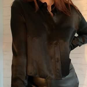 Svart glansig skjorta från Zara, aldrig använd med prislapp kvar.