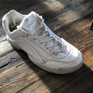 Superfina skor i storlek 38! Mycket använda så rätt slitna på insidan men superfina på utsidan! Dom är smutsiga på bilderna men rengörs självklart innan köp!💕