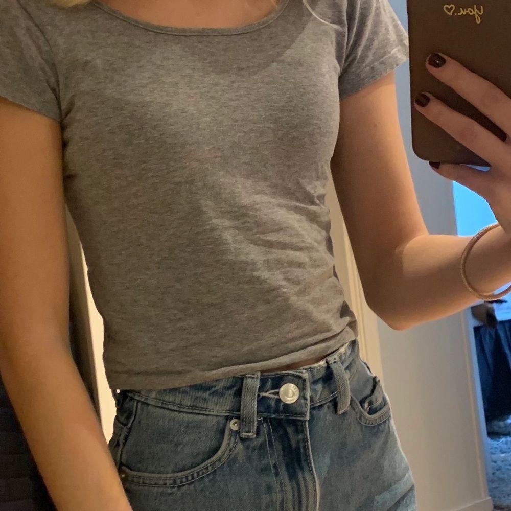 Grå T-shirt från BikBok, aldrig använd, köparen står för frakten💕💕. T-shirts.