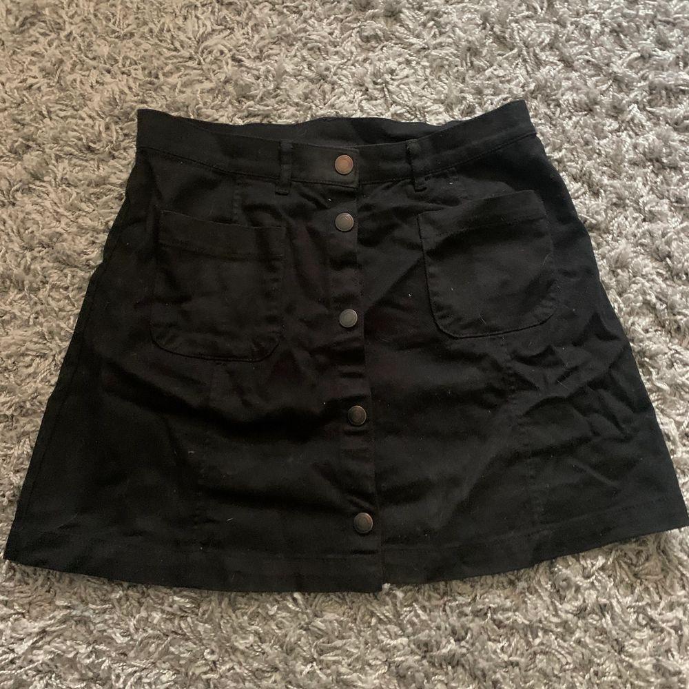 Super fin svart kjol från monki i storlek 38, köparen står för frakten!🖤. Kjolar.