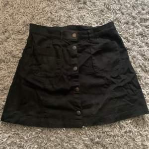 Super fin svart kjol från monki i storlek 38, köparen står för frakten!🖤